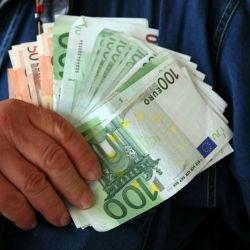 main-avec-billets-euro